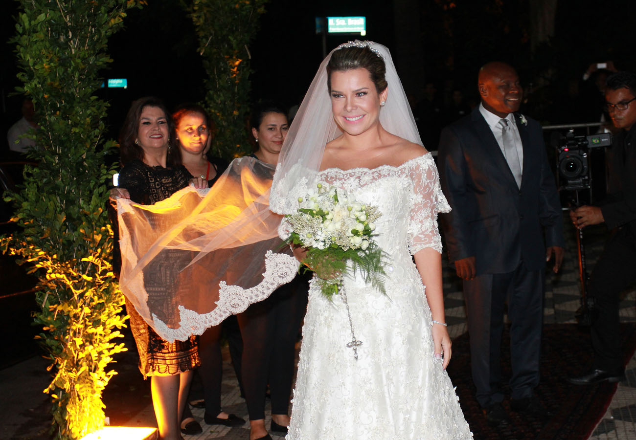 Fernanda Souza chegando para o casamento nesta terça-feira, 24.