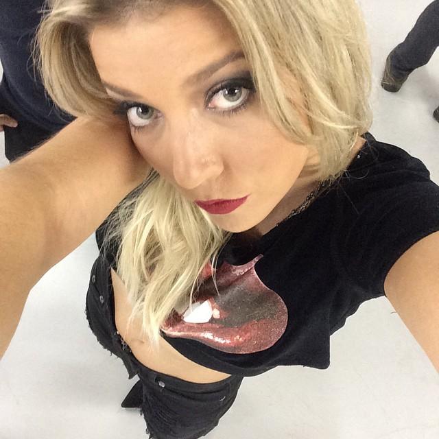 Luiza Possi deixou a barriguinha de fora no look que escolheu para ir ao Lollapalooza neste sábado, 28, em São Paulo