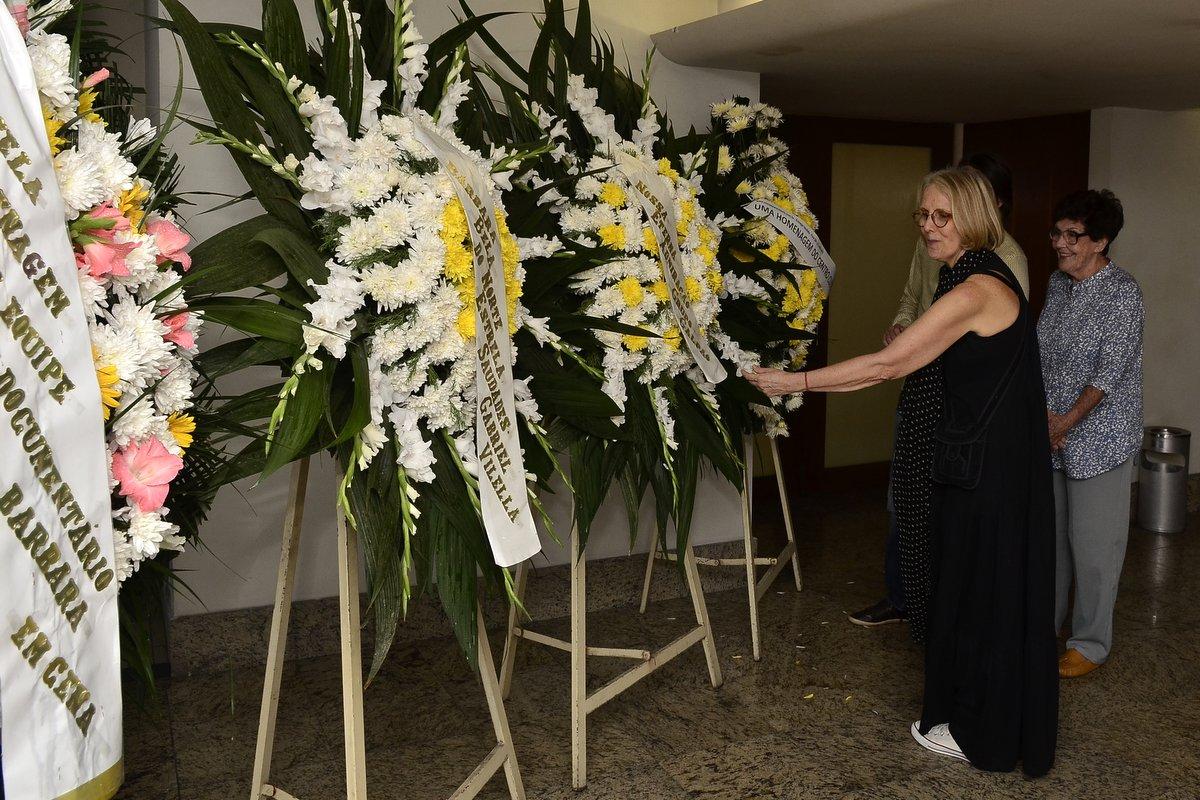 Patricia Bueno, filha de Bárbara Heliodora, observa as coroas de flores em homenagem à crítica teatral