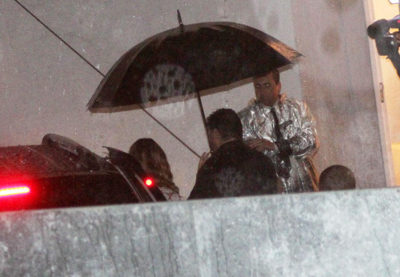 Gisele Bündchen chega ao SPFW por volta das 19h20 para o último desfile de sua carreira sob forte chuva e esquema de segurança.