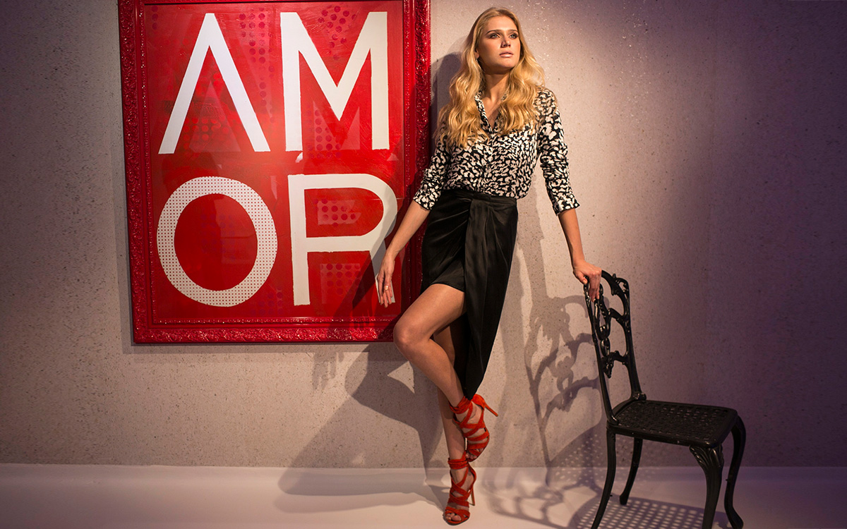 Celina Locks usa blusa Ellus, saia Animale, sandálias Schutz e joias Carla Amorim
