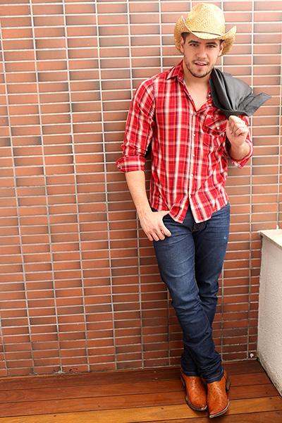 Andrio Frazon tem 25 anos e, após ser finalista do concurso Mister Brasil em 2014, hoje almeja a carreira internacional na música sertaneja.