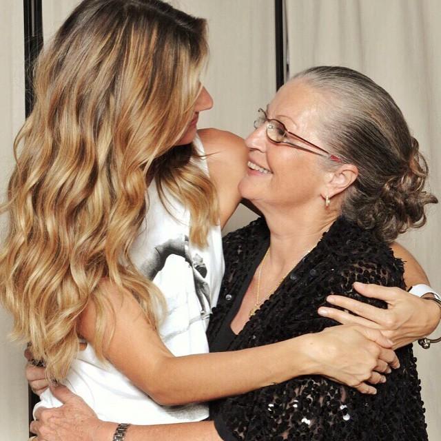 """Gisele Bündchen com a mãe: """"Neste dia especial gostaria de honrar a mãe terra, minha mãe e todas as mães, avós, bisavós, tias, irmãs, amigas e babás que estão lá nutrindo, amando e apoiando umas as outras no papel mais importante das nossas vidas."""""""
