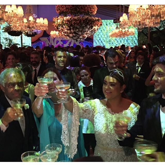 Os noivos brindam com Gilberto Gil e Flora