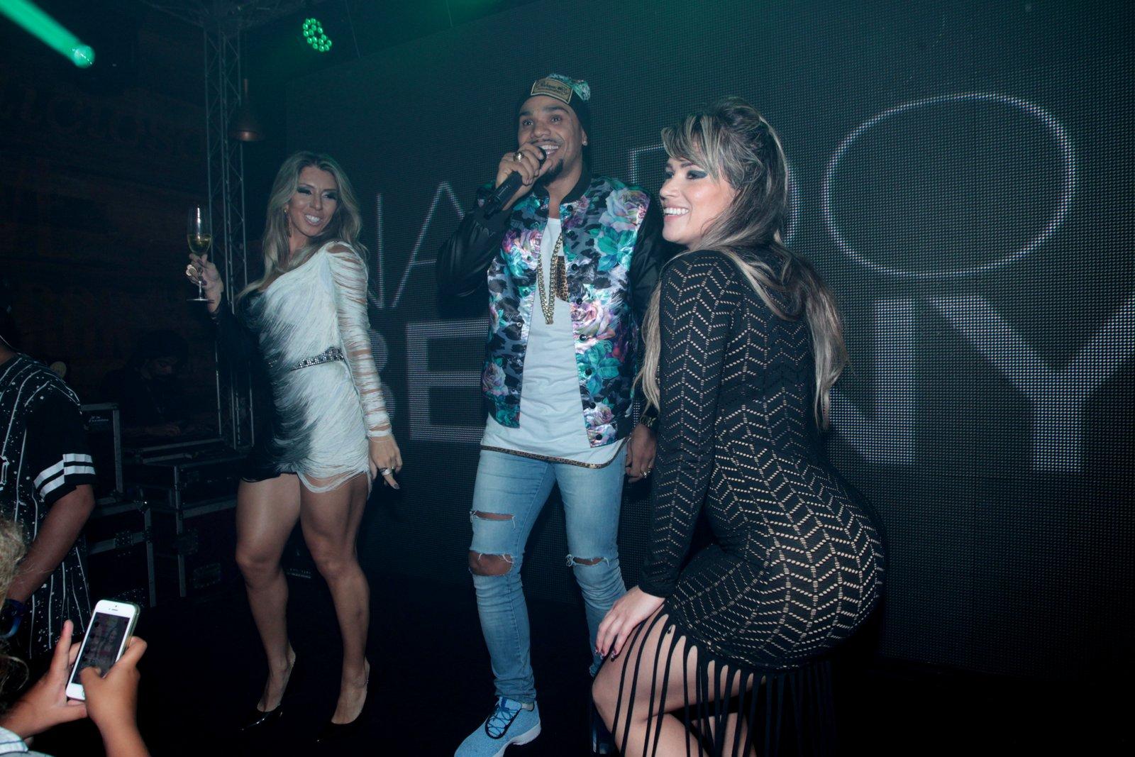 Andréa de Andrade e Fani dança com Naldo em festa na Zona Oeste do Rio