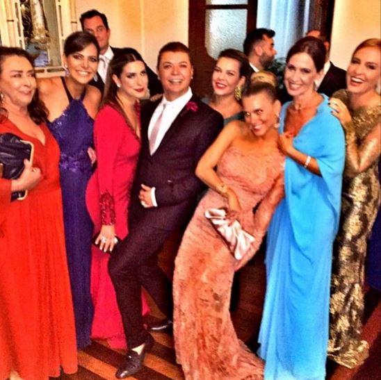David Brazil, um dos padrinhos, com as madrinhas e a madrasta da noiva, Flora Gil, de azul claro