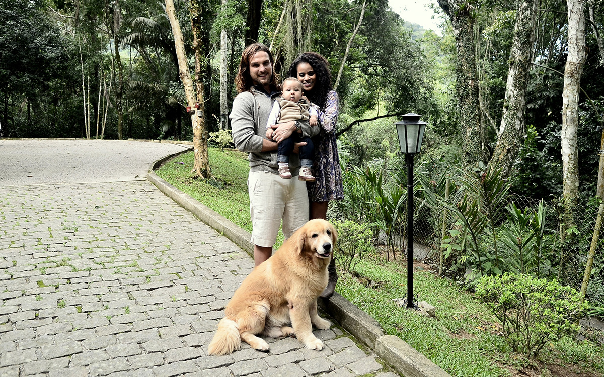 Igor Rickli e Aline Wirley posam com o filho, Antônio, e um dos cachorros da família, o golden retriever Thor