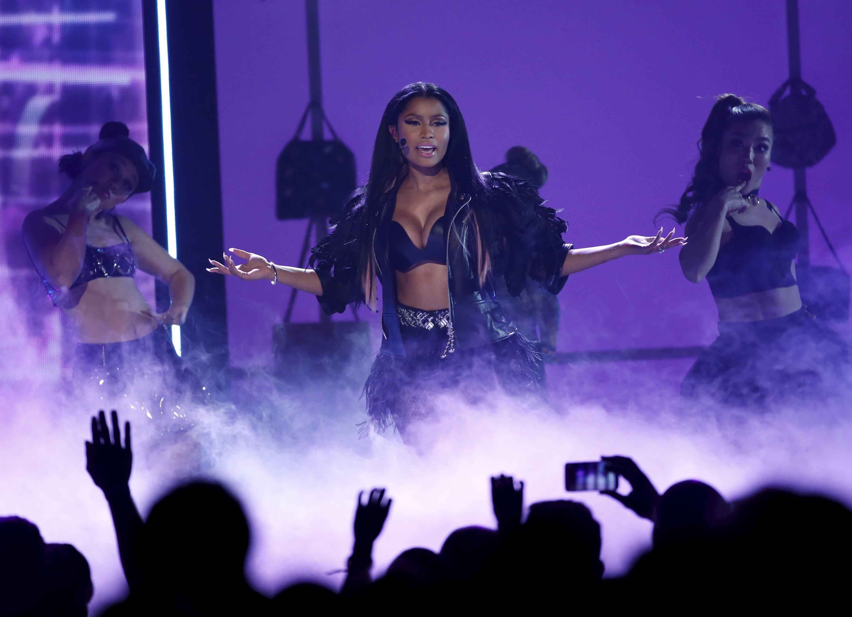 Nicki Minaj canta