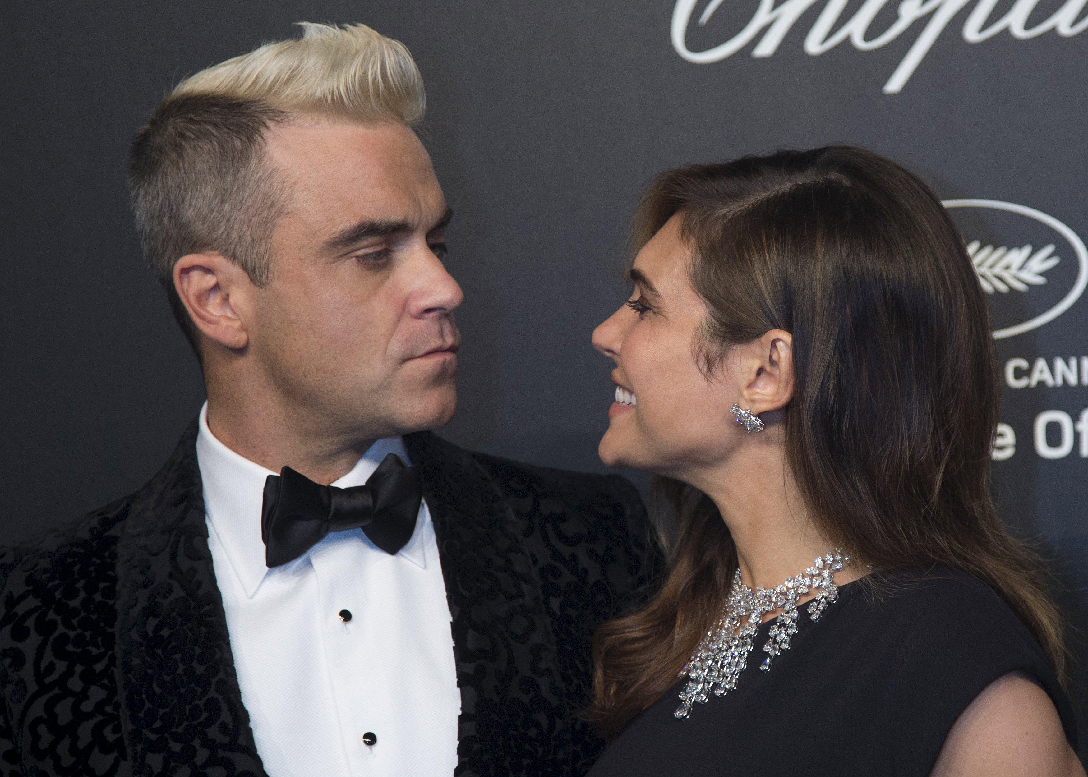 Robbie Williams e a mulher, Ayda Field, em festa em Cannes, na França