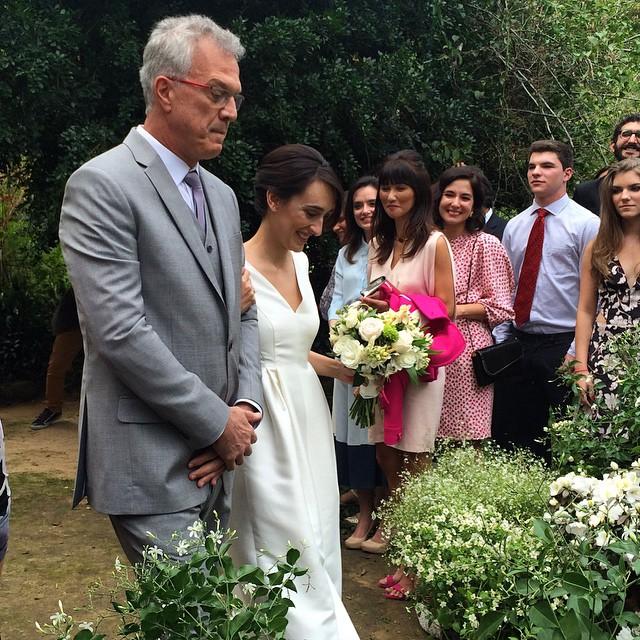 Pedro Bial e Maria Prata durante a cerimônia, que aconteceu em uma pousada em Petrópolis, região serrana do Rio, cuja dona é a avó da noiva