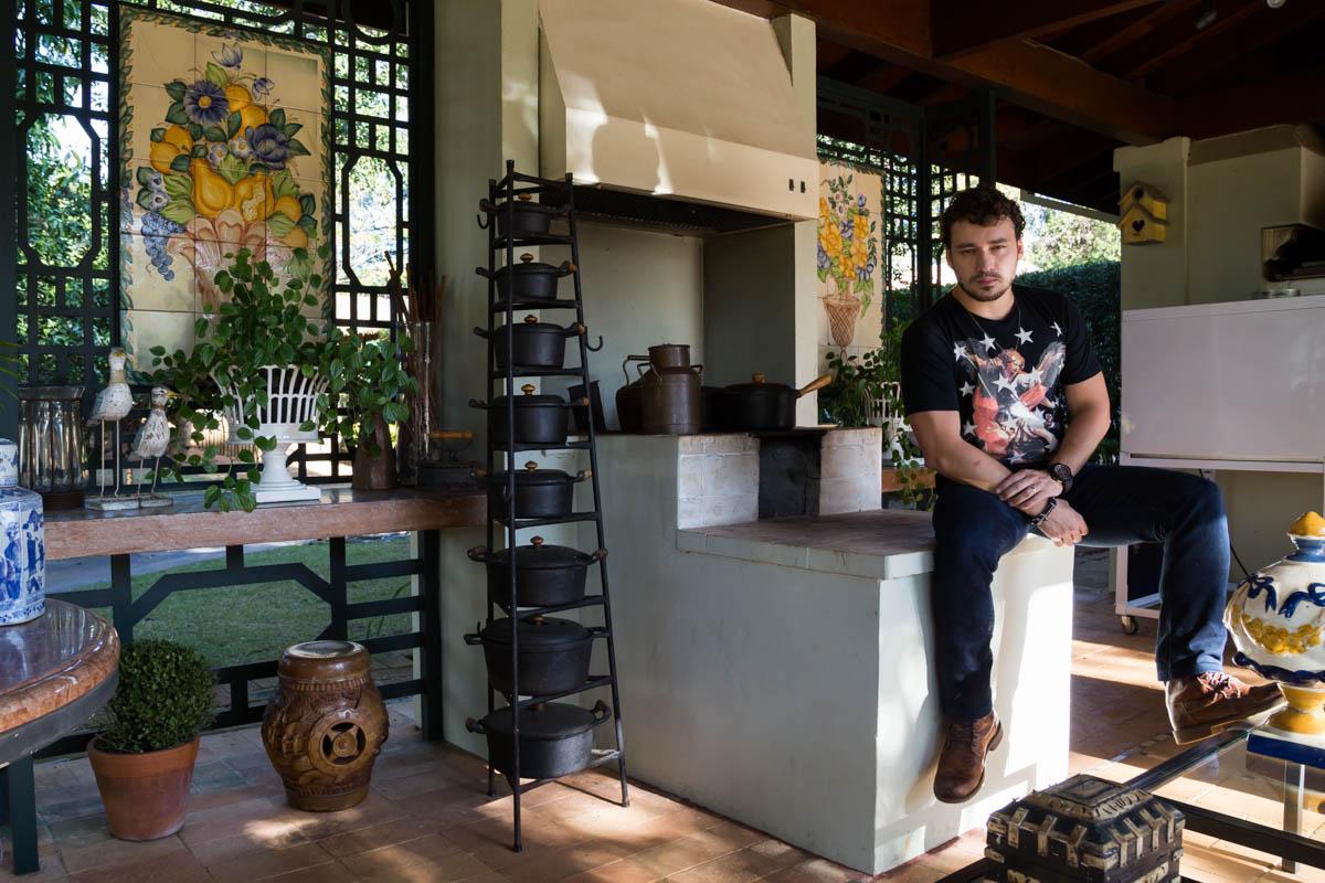 Rodrigo Andrade contou que a parte que mais gosta da casa é a externa, onde fica a churrasqueira. É ali que ele recebe os amigos e se reúne com a família