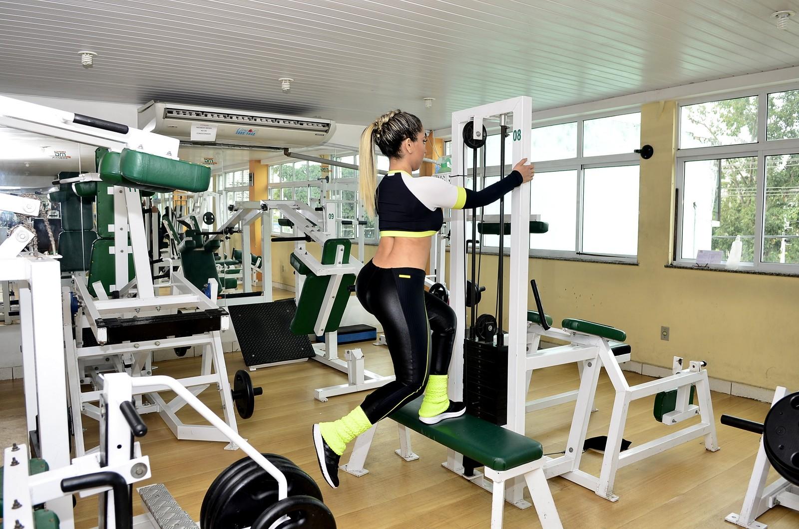 Mulher Melão vai à academia para treinar entre duas e três vezes por semana