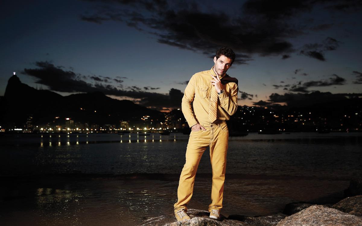 Michel Noher posa com camisa e calça Capi, blazer Ricardo Almeida, gravata Dudalina, relógio Everlast e tênis AD