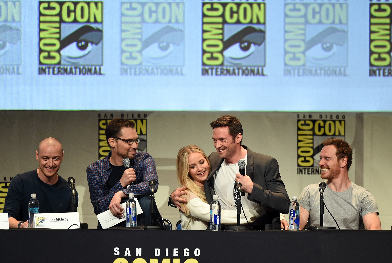 "James McAvoy, o diretor Bryan Singer,  Jennifer Lawrence, Hugh Jackman e Michael Fassbender no painel de ""X-Men"" no sábado, 11."