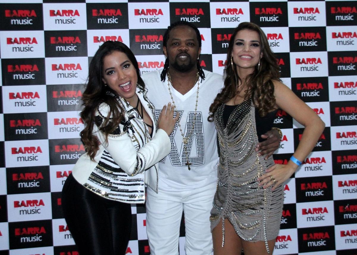 Anitta, Xande de Pilares e Mari Antunes em show do Harmonia do Samba no Rio