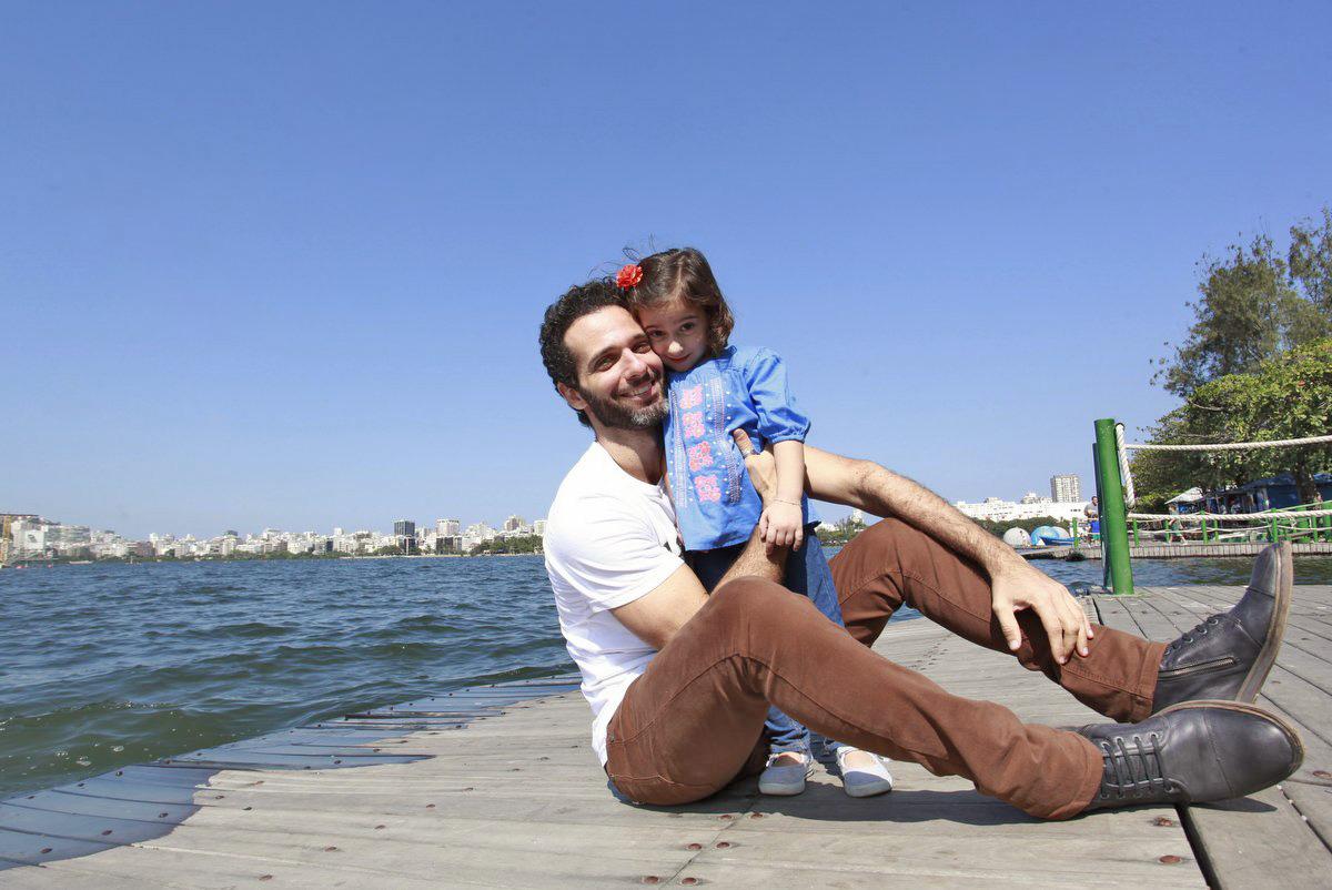 Mouhamed Harfouch e Ana Flor posam para o EGO na Lagoa Rodrigo de Freitas, na Zona Sul do Rio.