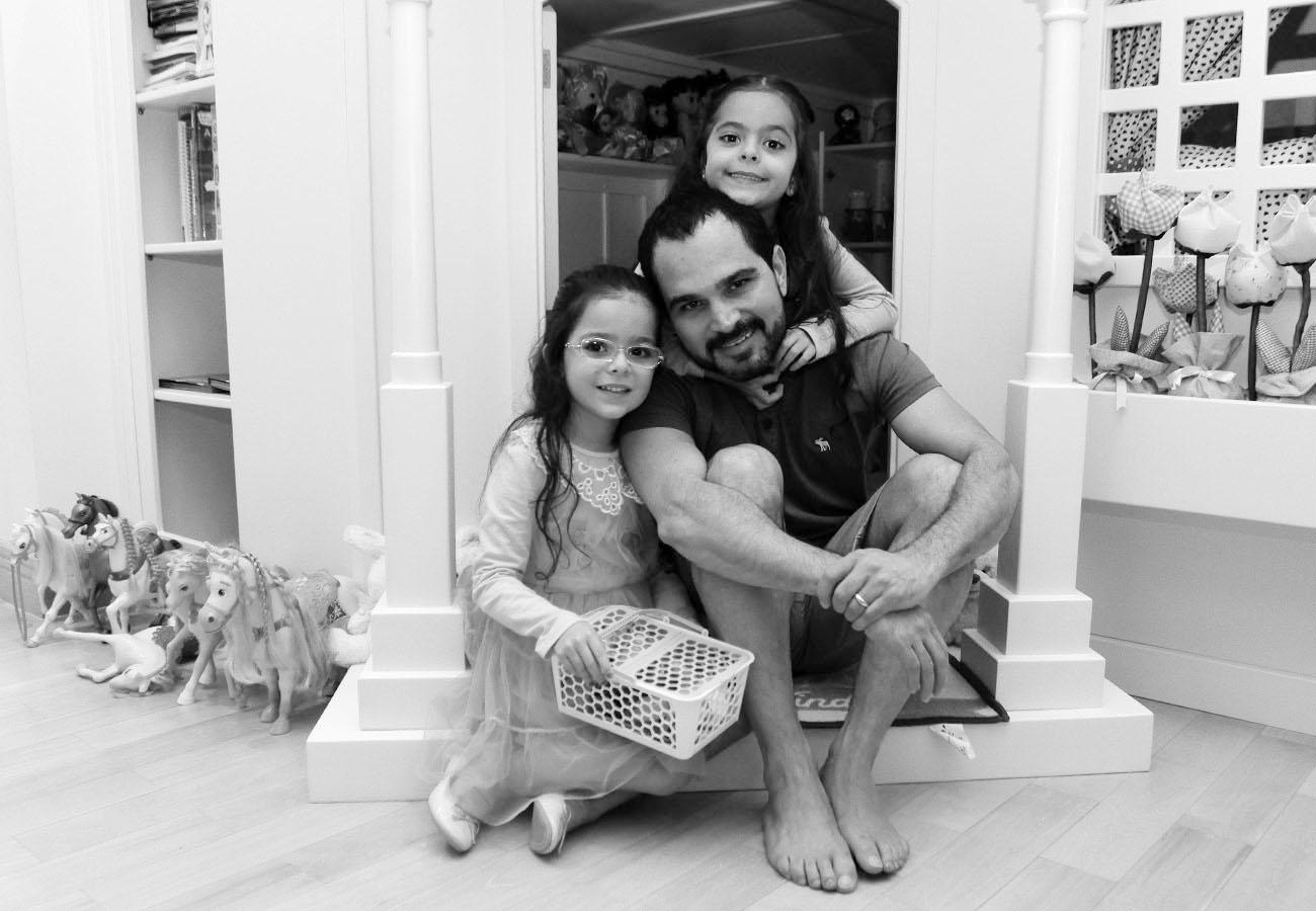 Luciano se diverte com as filhas Isabella e Helena