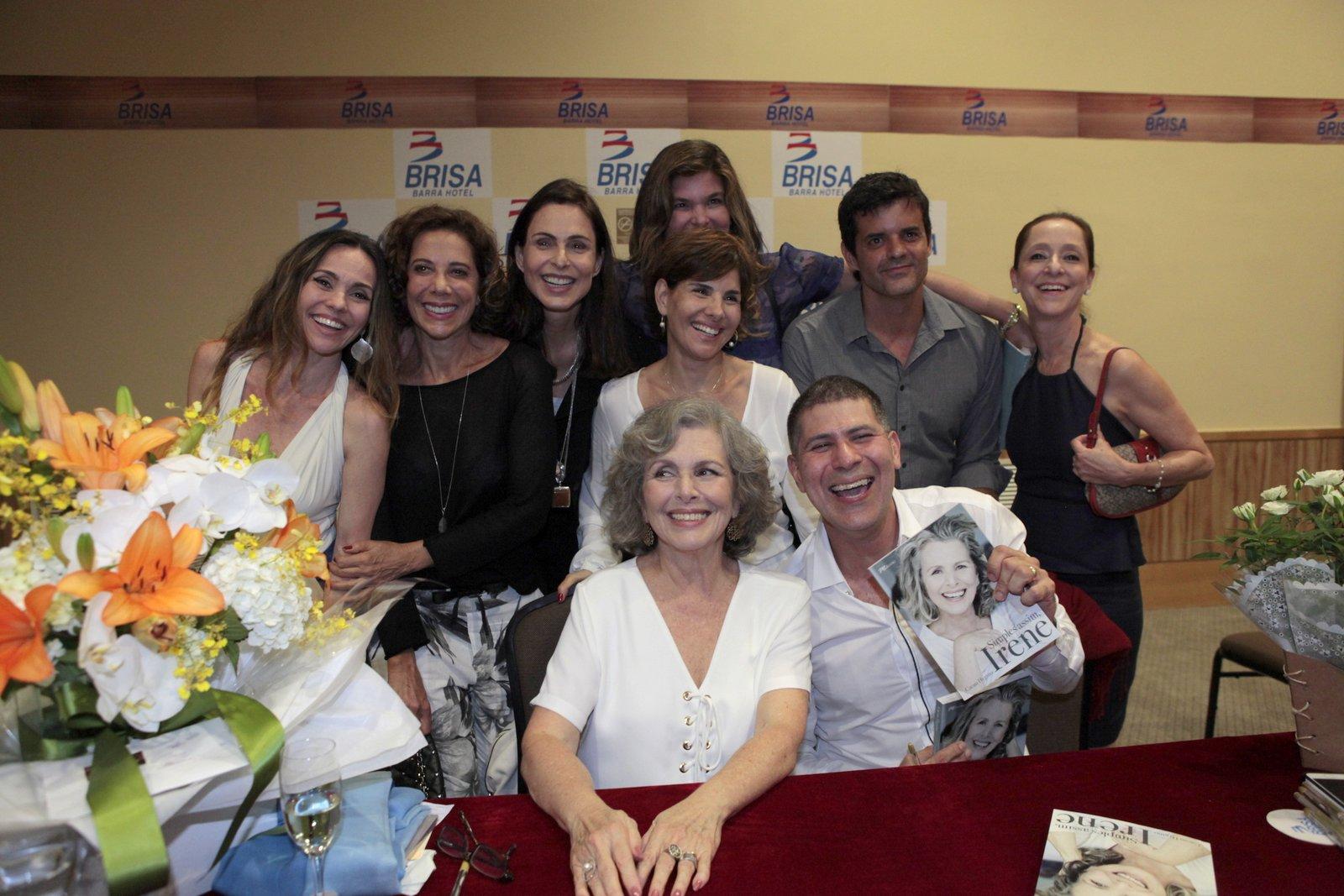 Irene Ravache recebe amigos famosos em lançamento de livro no Rio