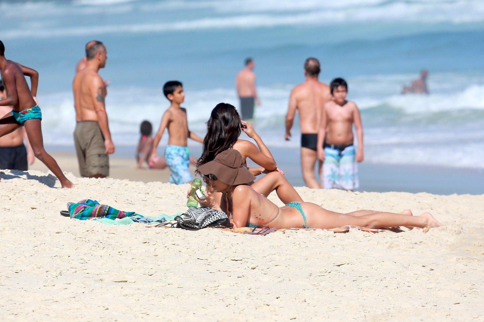 Grazi Massafera se bronzeia de biquíni de lacinho em praia ...