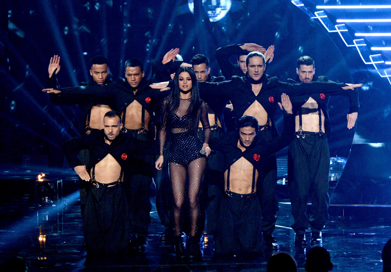 Selena Gomez se apresenta em prêmio de música em Los Angeles, nos Estados Unidos