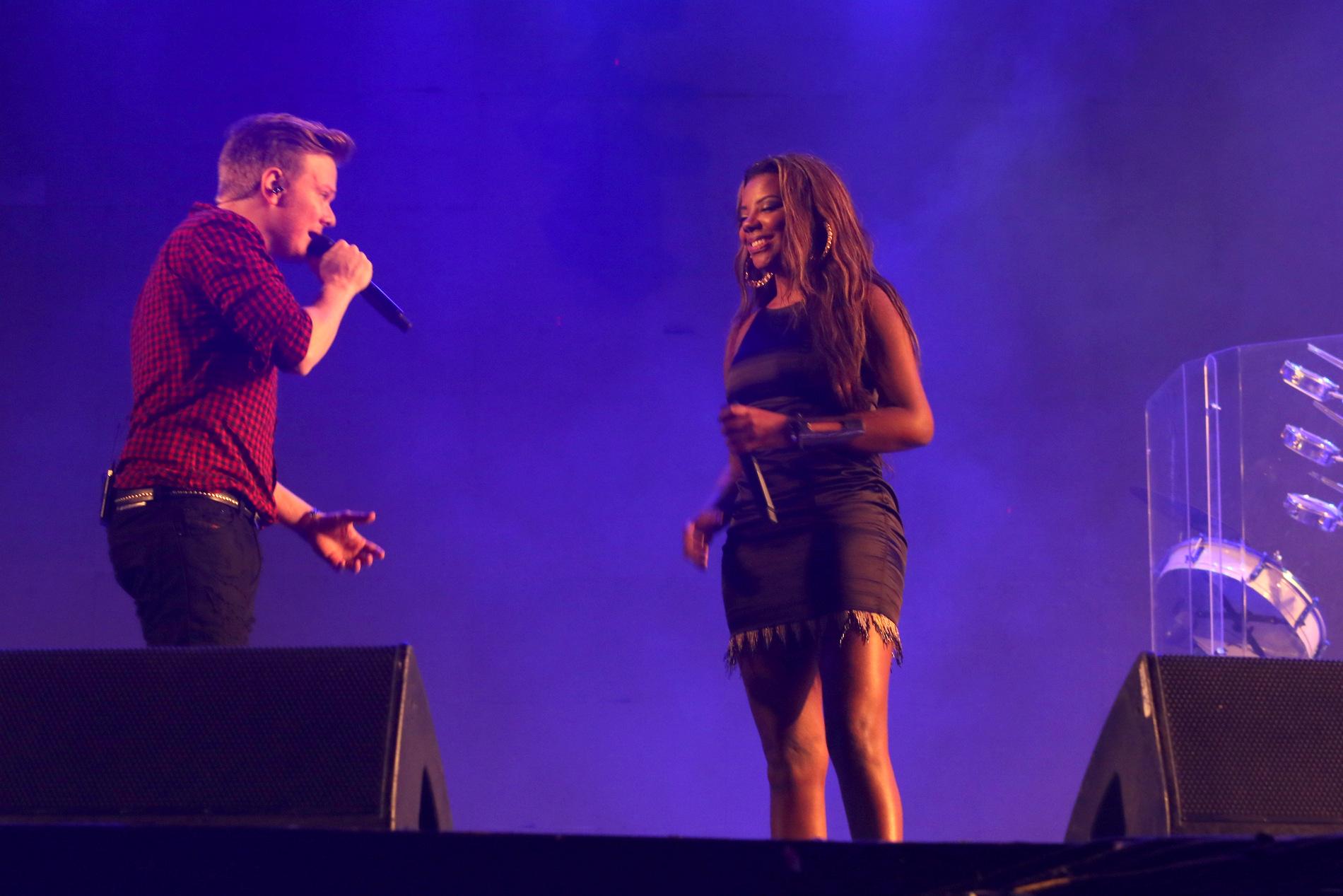 Michel Teló e Ludimila cantam juntos em festival sertanejo em SP