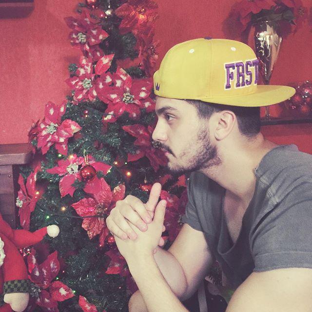Luan Santana posa com árvore de Natal