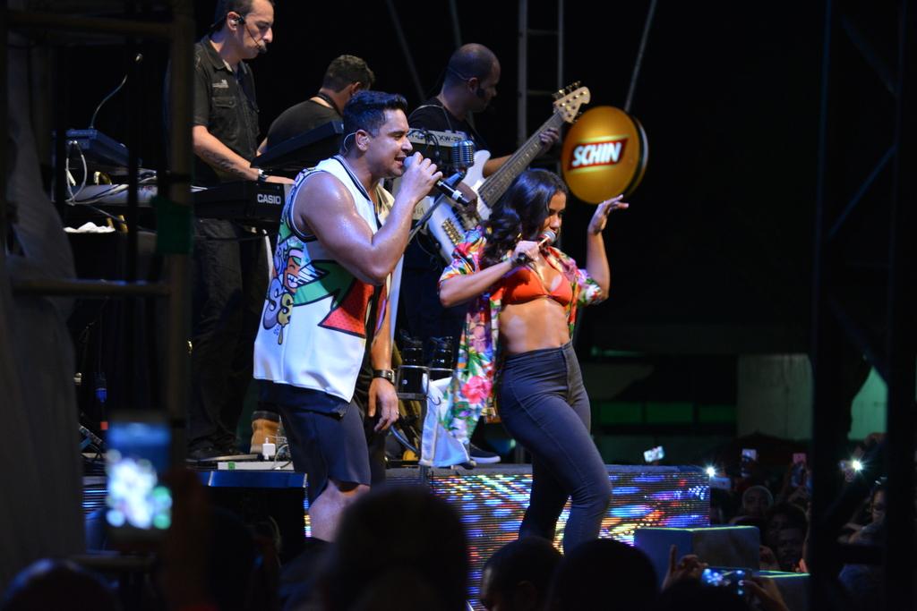 Xanddy e Anitta em show em Salvador, na Bahia