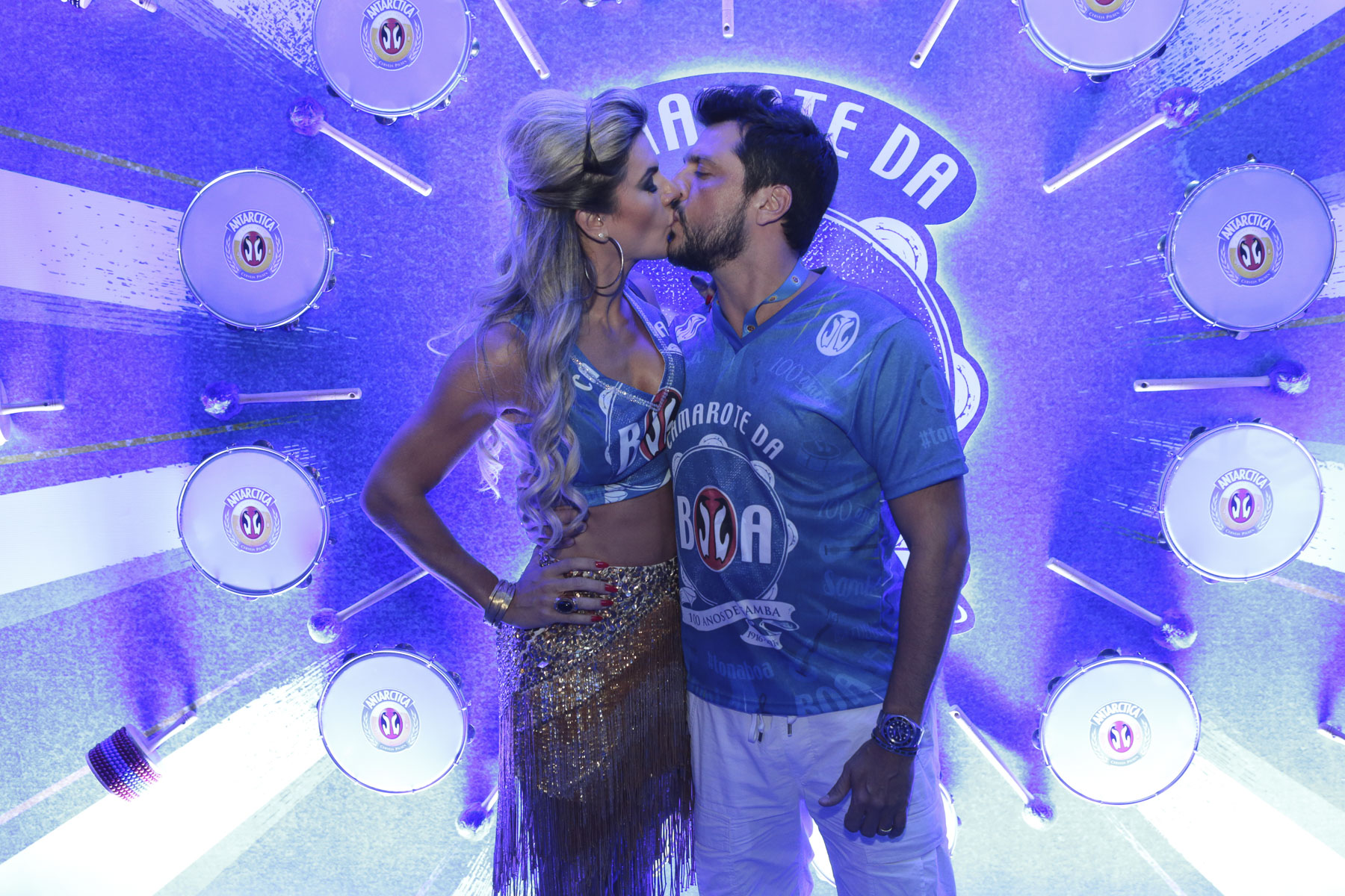 Mirella Santos e Ceará: beijinho na chegada do camarote