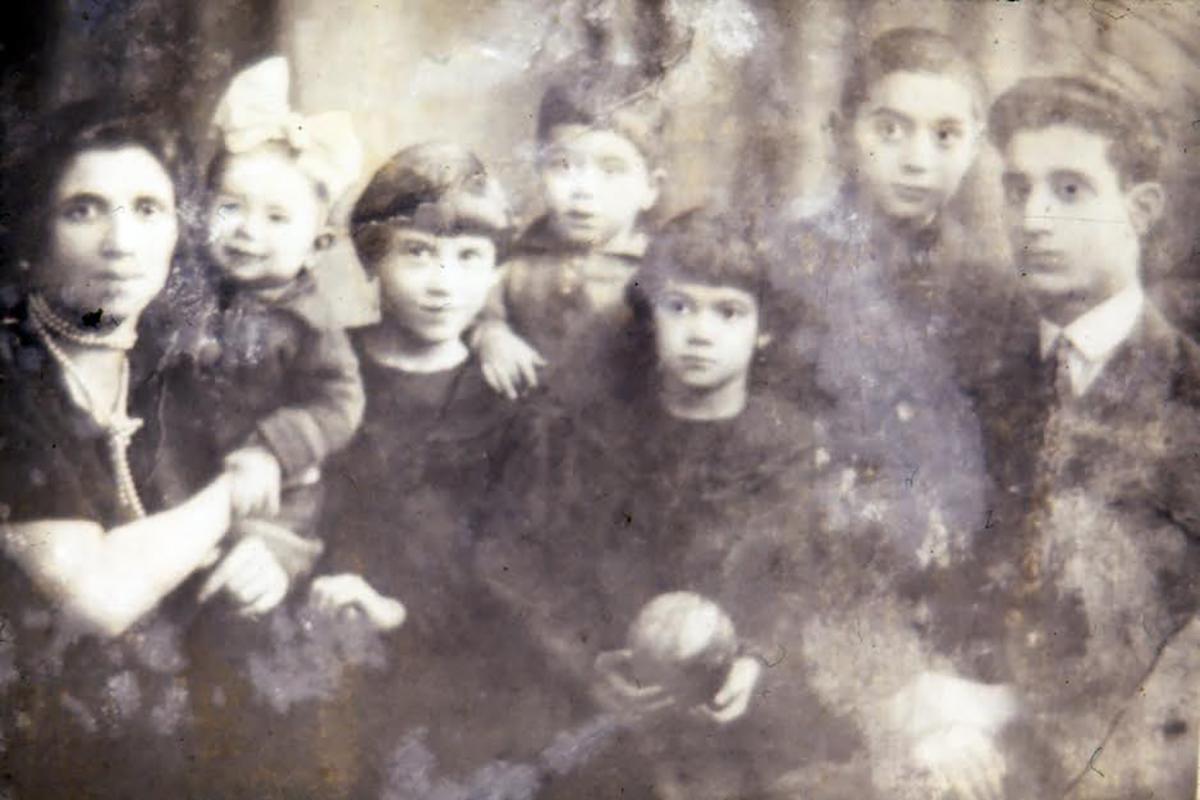 Berta Loran, no colo,  nasceu em Varsóvia, na Polônia, em 1926 e veio para o Brasil aos 9 anos e meio com a família
