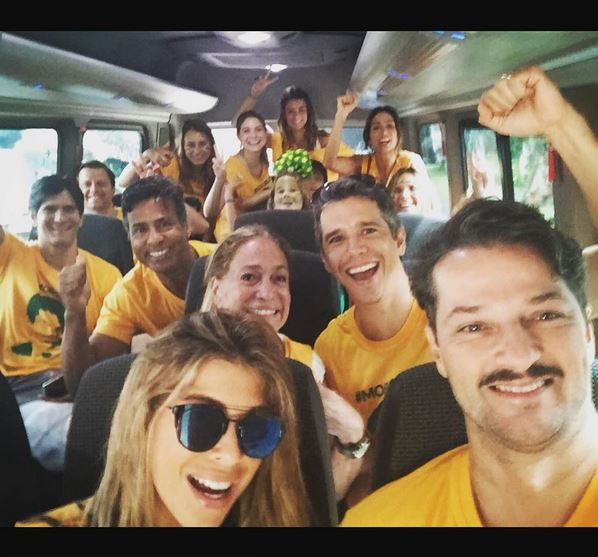 Susana Vieira, Márcio Garcia com a mulher Andrea Santa Rosa, Marcelo Serrado e vários amigos indo para a manifestação em Copacabana.