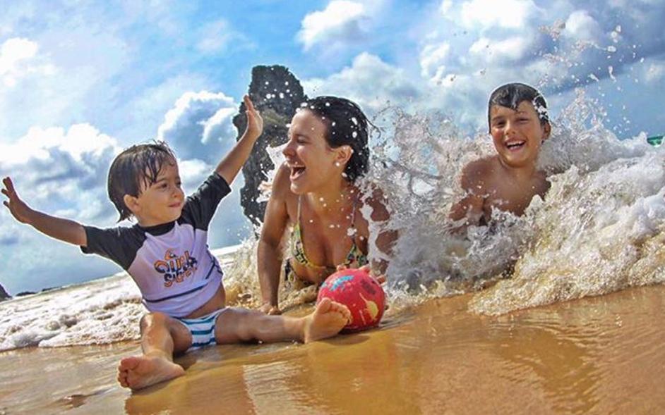 Juliana Knust se diverte com os filhos nas águas de Fernando de Noronha