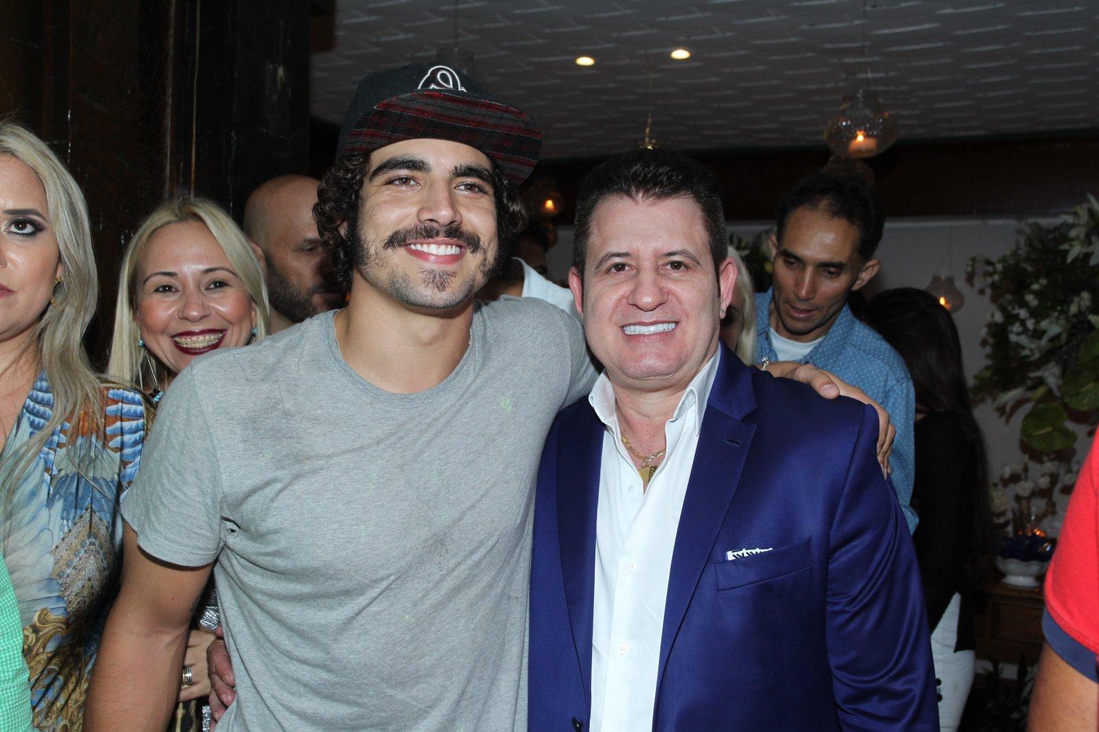 Caio Castro e Marrone em festa na Zona Sul do Rio