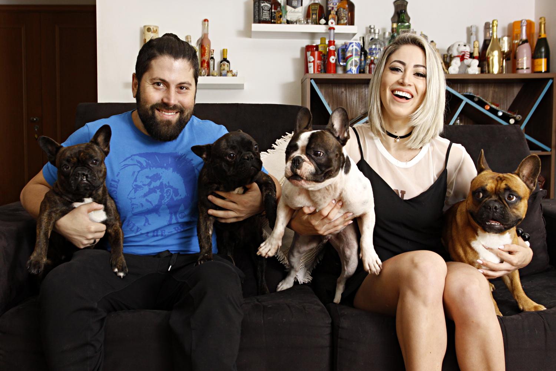 Mateus Boeira e Carol Narizinho posam com alguns de seus cachorros: no total são sete