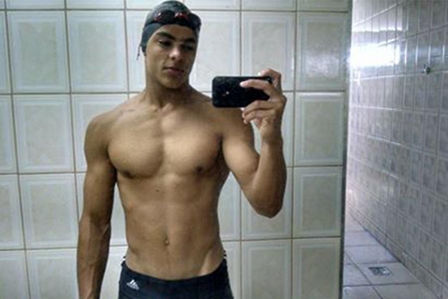 Matheus Abreu mostrou, em seu perfil no Facebook, que mantém a forma praticando natação