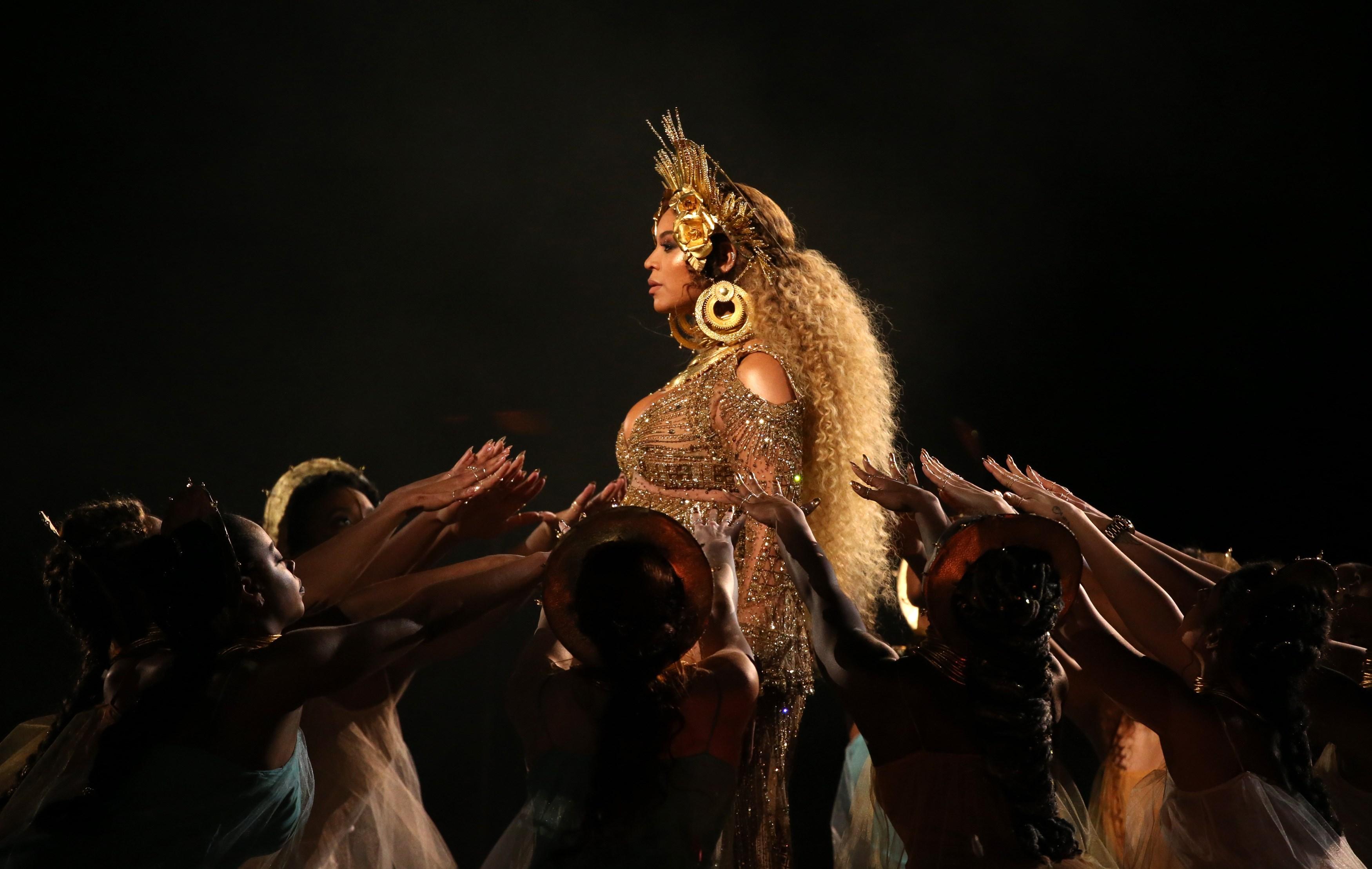 Beyoncé fez a primeira aparição pública após anúncio da gravidez durante o Grammy