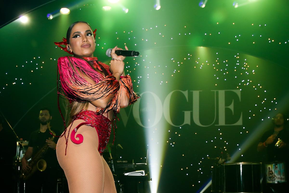 Anitta faz show em baile de carnaval em São Paulo