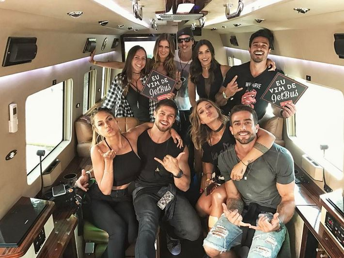 Jonas, Mari Gonzales, Gabriela Pugliese e amigos indo para o Lollapalooza
