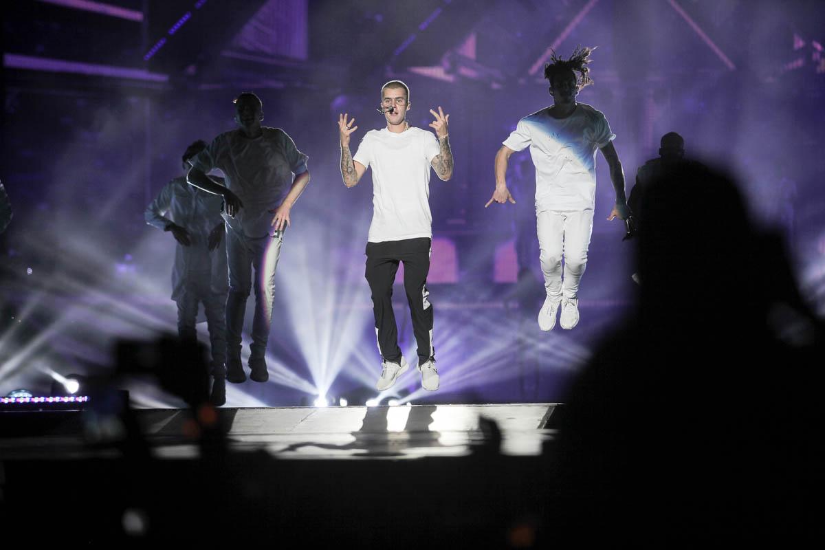 Justin Bieber canta e dança para os fãs na Praça da Apoteose no Rio