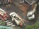Caminhão invade casas em Carapicuíba, SP