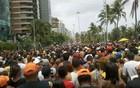 Multidão segue Camburão da Alegria (Katherine Coutinho/G1 PE)