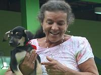 Mulher salva por corda durante chuvas adota cão vira-lata (Reprodução/Reprodução)