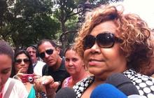 No velório do humorista, a cantora Alcione lembrou-se da canção 'Rio antigo', composta por Chico Anysio e gravada por ela. (Foto: G1)