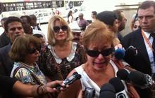 Alcione Mazzeo, mãe de Bruno Mazzeo e ex-mulher de Chico Anysio, e a atriz Sílvia Bandeira falam com a imprensa na chegada ao Theatro Municipal (Foto: José Raphael Bêrredo/G1)