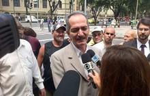 O ministro do Esporte, Aldo Rebelo, chega ao velório do humorista Chico Anysio (Foto: Reprodução/TV Globo)