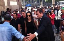 Cercados pela imprensa, Boninho e Ana Furtado chegam ao Theatro Municipal, no Centro do Rio (Foto: José Raphael Bêrredo/G1)