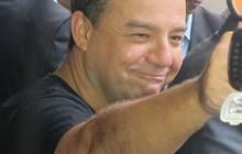 O governador do Rio de Janeiro, Sérgio Cabral, acena durante o velório de Chico Anysio. (Foto: Carolina Lauriano/G1)
