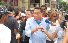 O comediante Paulo Silvino no velório de Chico Anysio, no Theatro Municipal, no Rio. (Foto: Carolina Lauriano/G1)