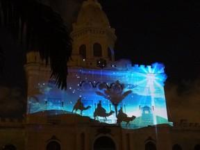 Na fachada do quartel são projetadas curtas histórias natalinas, como os reis magos. (Foto: Katherine Coutinho / G1)