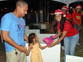 Tayna Maria Caetano, de 5 anos, foi com o pai doar brinquedo para a campanha 'Natal Solidário'. (Foto: Katherine Coutinho / G1)