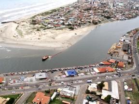 Vazamento de óleo em Tramandaí (RS) (Foto: Robson Alves/Brigada Militar, Divulgação)